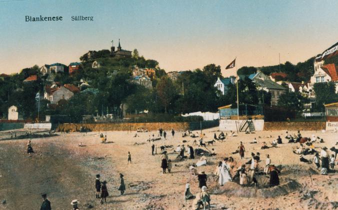"""Zeiten vor dem String: 1913 am Blankeneser Elbstrand. Wir sehen die berühmten Strohhüte """"Kreissäge"""" der Epoche, Westen, weiße Hemden und vergnügliches Sandburgenbauen. Im Hintergrund der Süllberg."""
