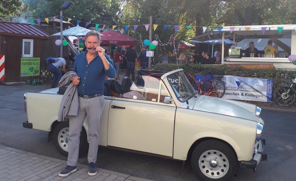 Der KLÖNSCHNACK zur Kirmes im thüringischen Mühlhausen vor einem Trabant Cabrio. Es war eben nicht alles schlecht bei Erich. FOTO: MEINERS
