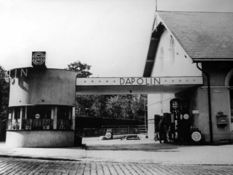 """Die Tankstelle existierte auch schon in den 20er Jahren. """"Dapolin"""" bezeichnete eine Benzin-Marke, die ab 1931 """"Standard Benzin"""" hieß."""