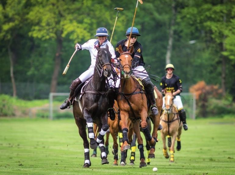 Hoch zu Pferde dem Ball nach.FOTO: BERNHARD WILLROTH