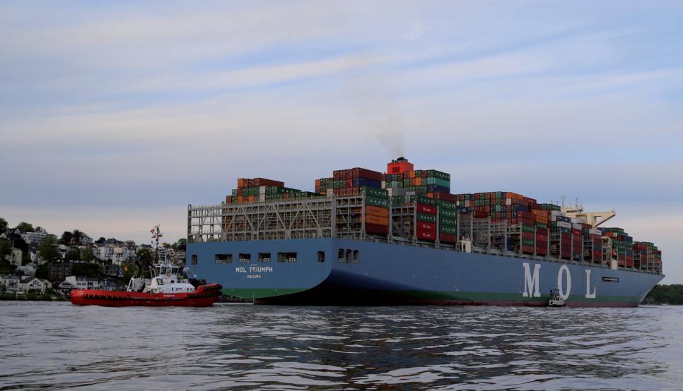 """Die """"MOL Triumph"""", das weltgrößte Containerschiff hat die Schlepper festgemacht und passiert Blankenese.FOTO: H. A. PRINZ REUSS"""