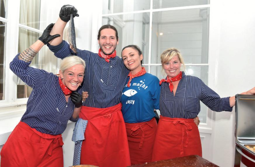 Hatten ihren Spaß: Mitarbeiter vom Blankeneser Fischhuus