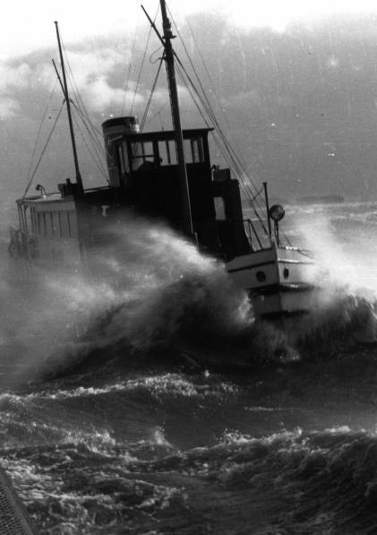 1958, Sturm auf der Elbe: Ein Hadag-Dampfer versucht, am Blankeneser Bull'n anzulegen FOTO: WILMUT GRUNEWALD