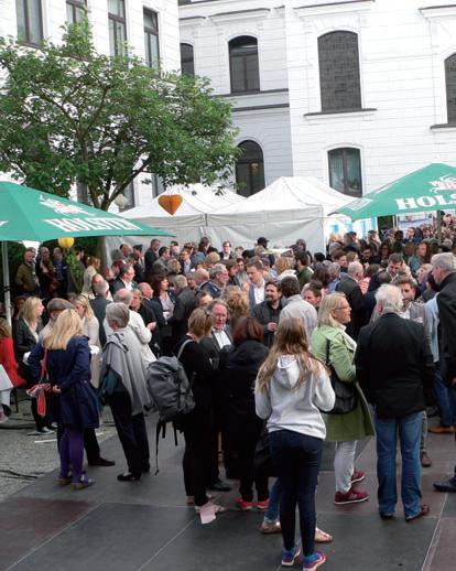 Im Innenhof des Altonaer Rathauses feierten Gäste die Altonale-Eröffnung