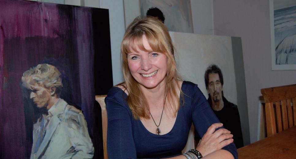 Malerin Bettina Bick vor einigen ihrer Werke FOTO: HÖSCH