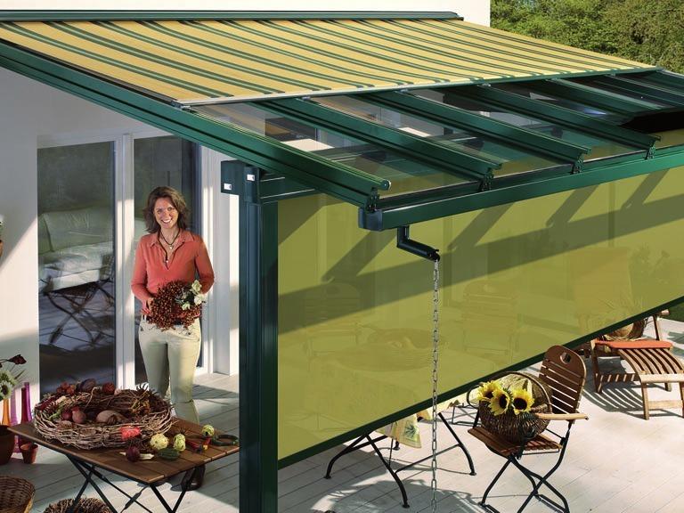 Senkrechtmarkisen: Eine gute Ergänzung für TerrassenüberdachungenFOTO: ©DJD/LEWENS-MARKISEN
