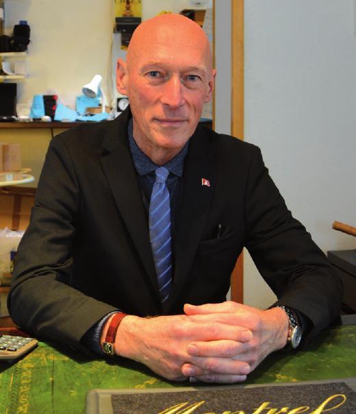"""Gunnar Laatzen, Uhrmachermeister: """"Noch vor fünfzehn Jahren hat unser Uhrenhandel die Werkstatt subventioniert. Heute ist es umgekehrt. Ich habe mich von Marken getrennt, die ihre Vertriebswege nicht sauberhalten und überall unter Listenpreis zu kaufen sind. Das führt zu nichts. Ich setze neben der Werkstatt auf Marken wie Junkers oder meine Eigenmarke Montrel, die sehr gut läuft."""""""