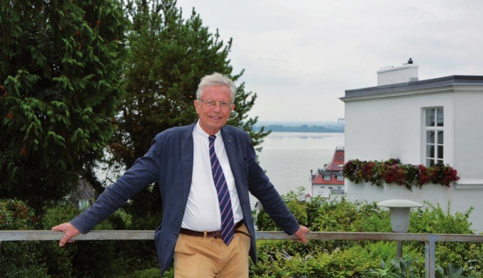 Wilhelm von Boddien an der Blankeneser Strandtreppe, seinem Zuhause seit Jahrzehnten