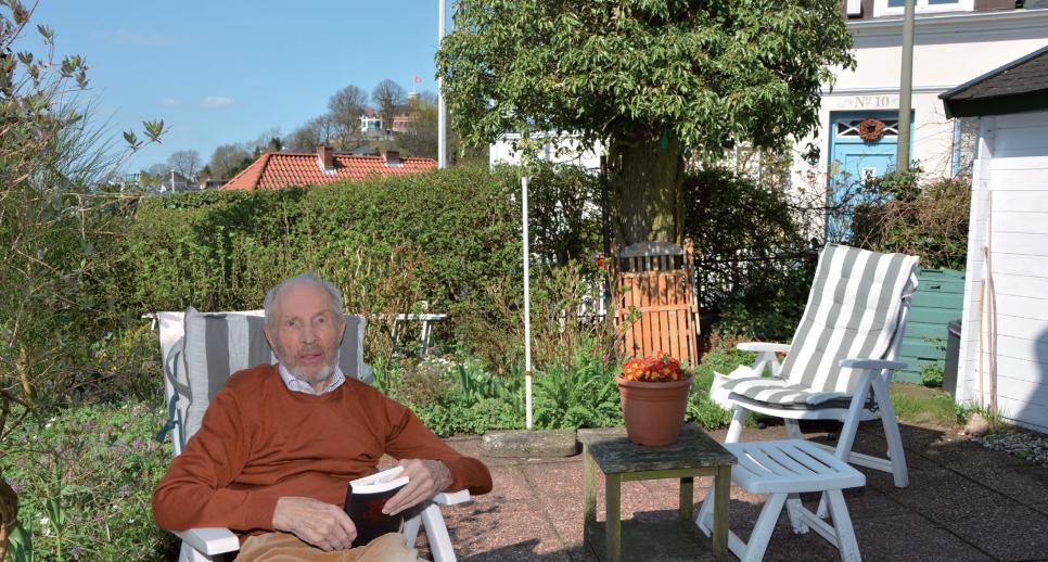 Der Hausherr, ein gebürtiger Blankeneser auf seiner Terrasse mit Blick auf den Süllberg.