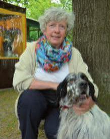"""Estha Baumann, 70, Blankenese, mit ihrem Englischen Setter Tobbi: """"Wir haben seit 1986 Hunde. Früher hatten wir vor allem Dackel, die auch jagdlich geführt wurden. So waren wir auch immer viel Draußen und haben die Natur viel aktiver wahrgenommen und kennengelernt."""""""