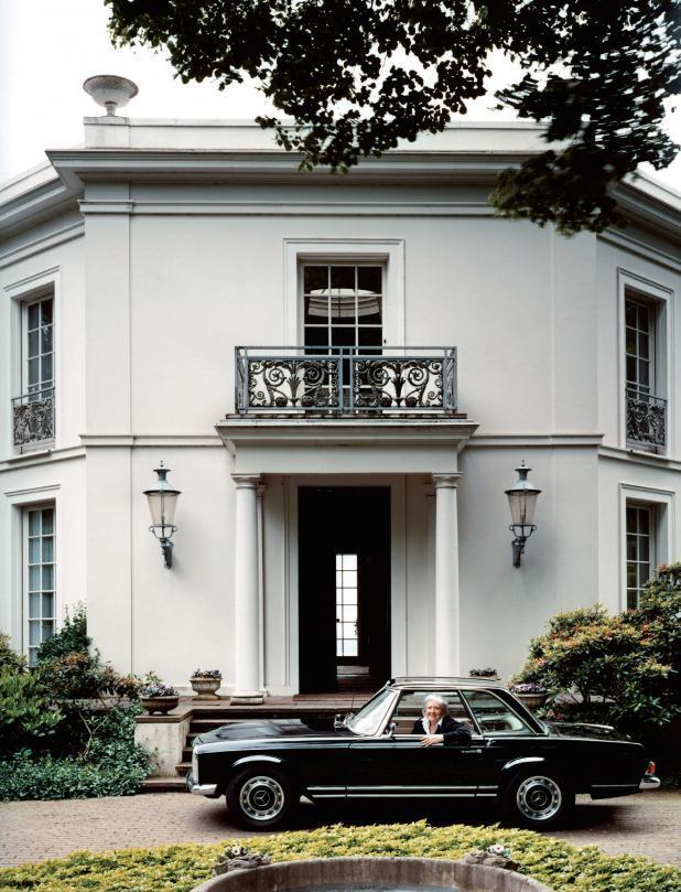 Ruth Pinnau im Mercedes vor ihrem Wohnhaus in Baurs Park in Hamburg, 2005 FOTO: OLIVER HEISSNER