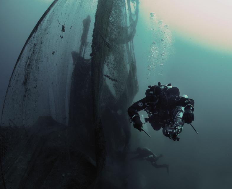 Ehrenamtliche Gefahrentaucher bergen weltweit verfangene Fischernetze aus den Meeren