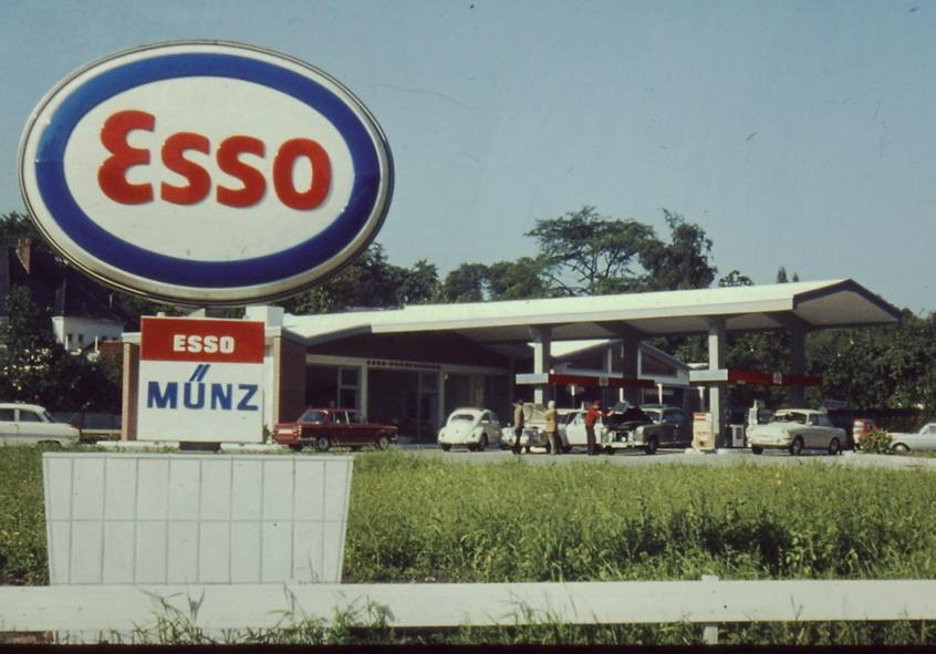 """Die Blankeneser Esso-""""Tanke"""" in den 1970er Jahren. Anfahrtstelle für Benzin, Diesel und Öl, aber noch ohne Shop"""