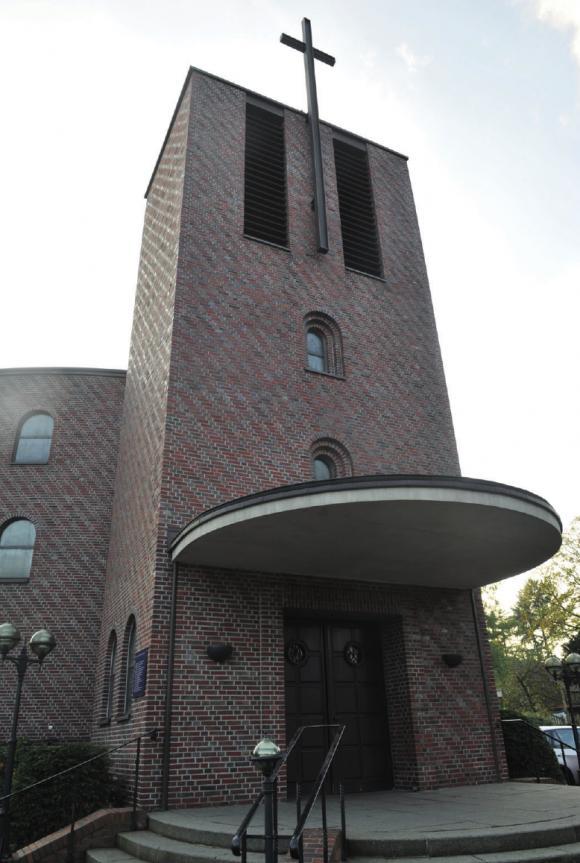 Die Katholische Kirche in Blankenese. Während die katholische Kirche bundesweit durch Missbrauchskandale auf sich aufmerksam macht, verläuft das Gemeindeleben in Hamburg harmonisch, wenn auch auf kleinem Niveau.