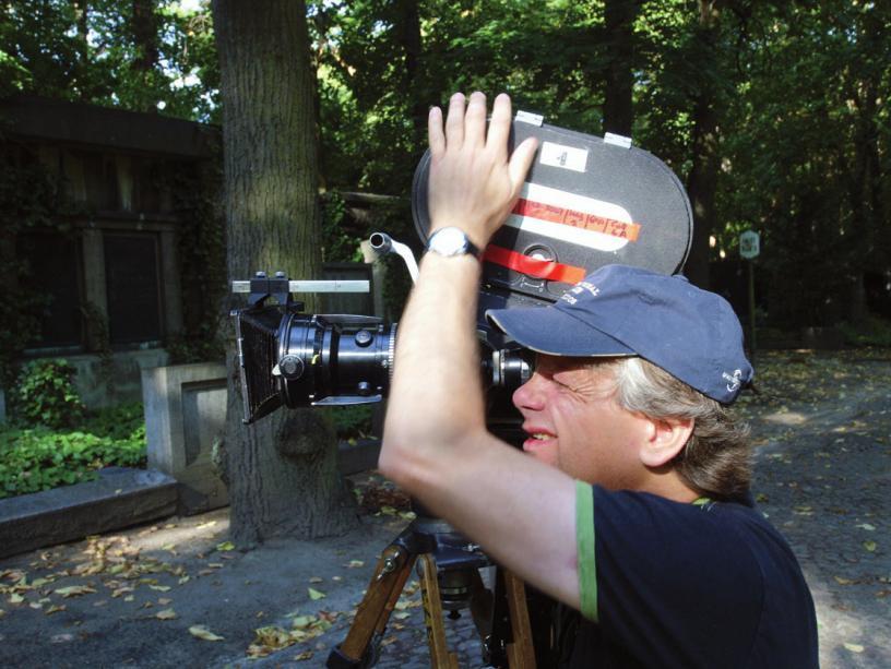 Regisseur und Kameramann Michael Blume an der analogen ARRIFilmkamera