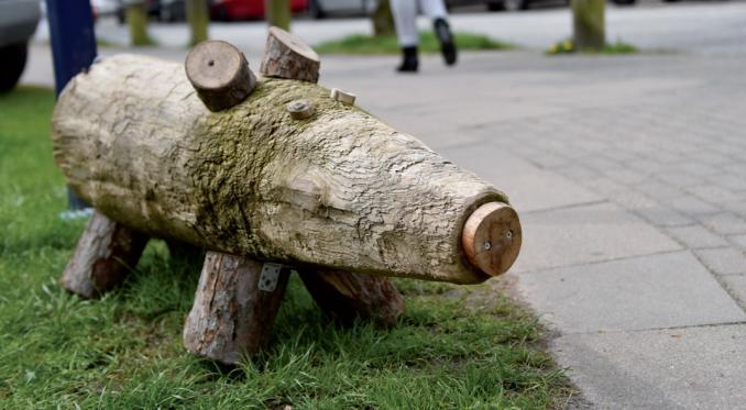 """Holzschwein """"Schnitzel"""" ist zum Maskottchen Blankeneses avanciert TEXT: ANNA-LENA WALTER"""