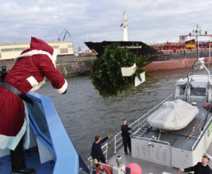 Kleine Freude für Seeleute, die auch Weihnachten an Bord sein müssen