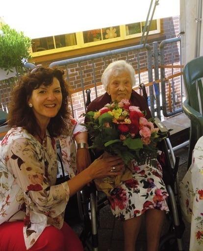 Blumige Grüße: Ursula von Arnstedt mit Bürgermeisterin Christiane Küchenhof