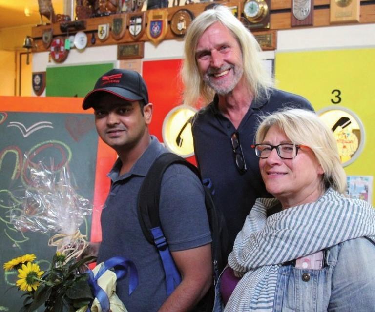 Der Jubiläumsgast Chandra aus Indien wurde von Jan Oltmanns und Anke Wibel begrüßt