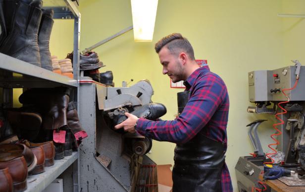 """Burhan Akdeniz, Schuhmacher: """"Mein Handwerk ist ein aussterbender Beruf. Auszubildende springen schnell wieder ab, weil ihnen die Arbeit zu anstrengend ist für die eher geringe Bezahlung."""""""