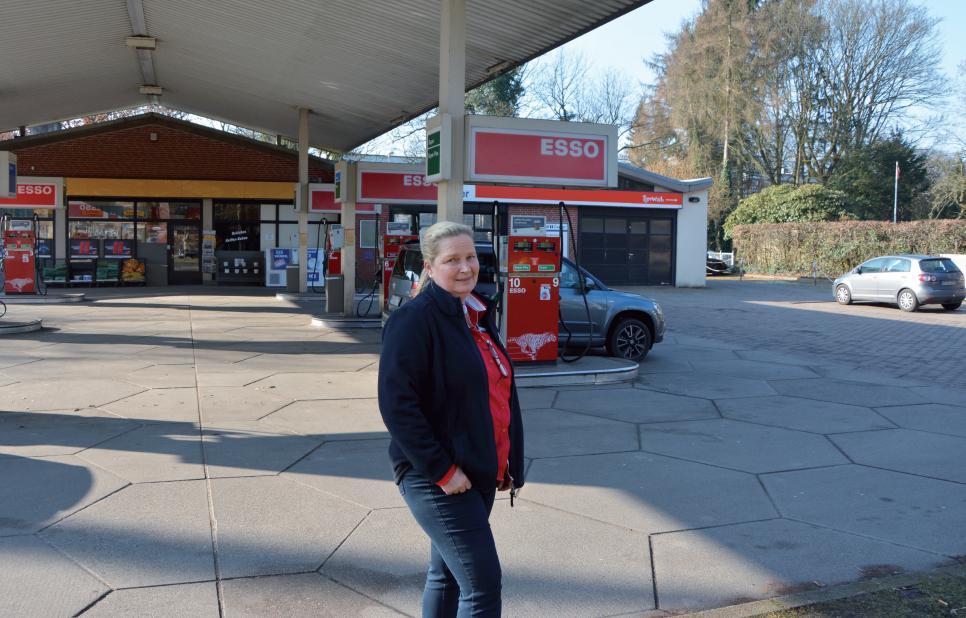 """Monika Jäger ist die Pächterin der Esso-Tankstelle. Noch hat sie viel zu tun. """"Eine Tankstelle zu schließen ist schwieriger, als sie zu eröffnen."""""""