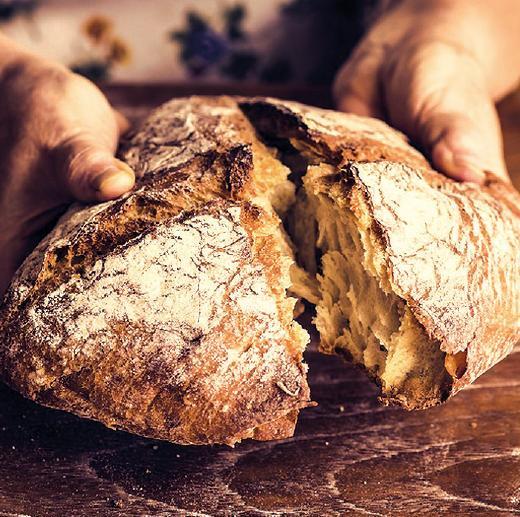 Helle Brote mit markanter Kruste kommen ursprünglich aus Süddeutschland. Sie mischen Sauer- und Hefeteig und werden mitunter im Holzofen gebacken.FOTO: RAWPIXEL.COM_FOTOLIA.COM