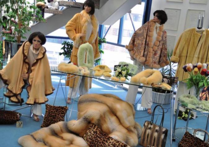 Auch Pelze werden im Outlet im 4. OG an der Spaldingstraße 85 angeboten
