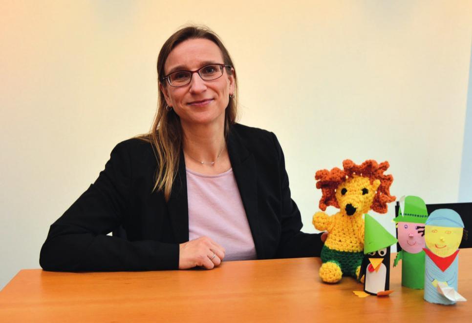 Dr. Manuela Drews hatte das Initiativen-Maskottchen Teoleo und seine gebastelten Freunde dabei.