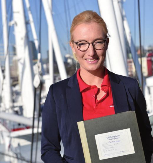 Ann-Kathrin Cornelius mit dem Schiffstagebuch der Cap San Diego (siehe auch Seite 56)
