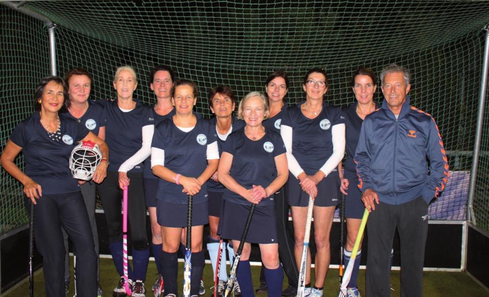 Die Hockey-Damen mit ihrem Trainer Ulli Brauns