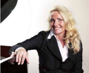 Am Piano: Yvonne Trübger