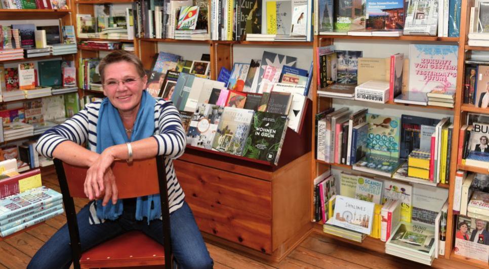 Hiltrud Klose in ihrer Buchhandlung. Die gravitätischen Dielen täuschen – die Räume haben eine energische Verjüngung hinter sich